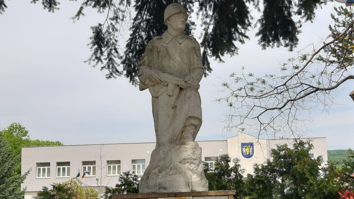 Pietny akt kladenia vencov pri pomníku padlých